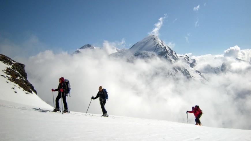 Une course de ski de randonnée nocturne