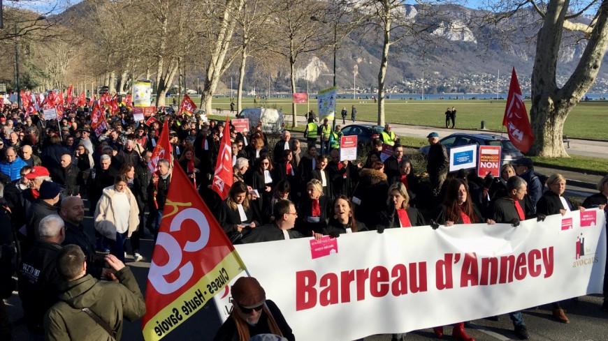 Les avocats poursuivent la grève
