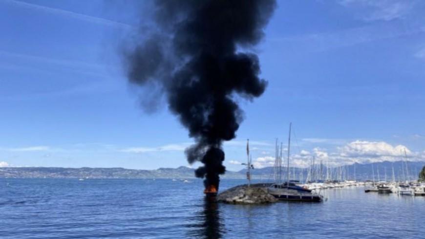 Un bateau prend feu au port d'Evian-les-Bains