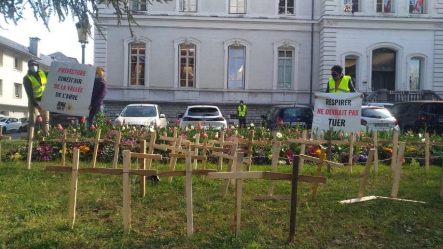 Des croix dans les jardins de la Préfecture