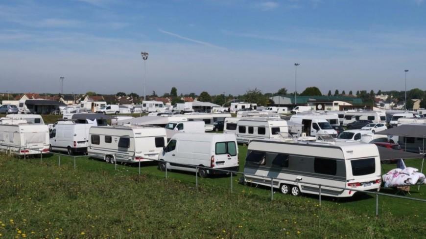 Des caravanes sur le terrain de foot de La Bathie