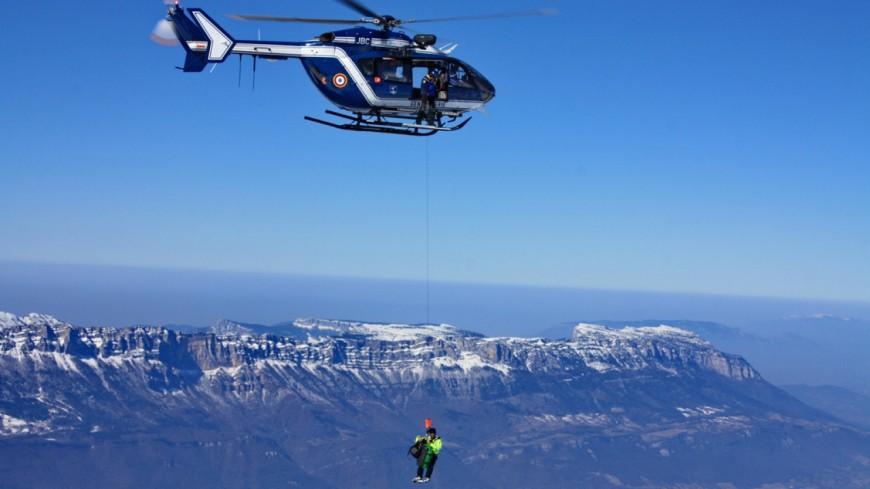 Des skieurs bloqués par une barre rocheuse