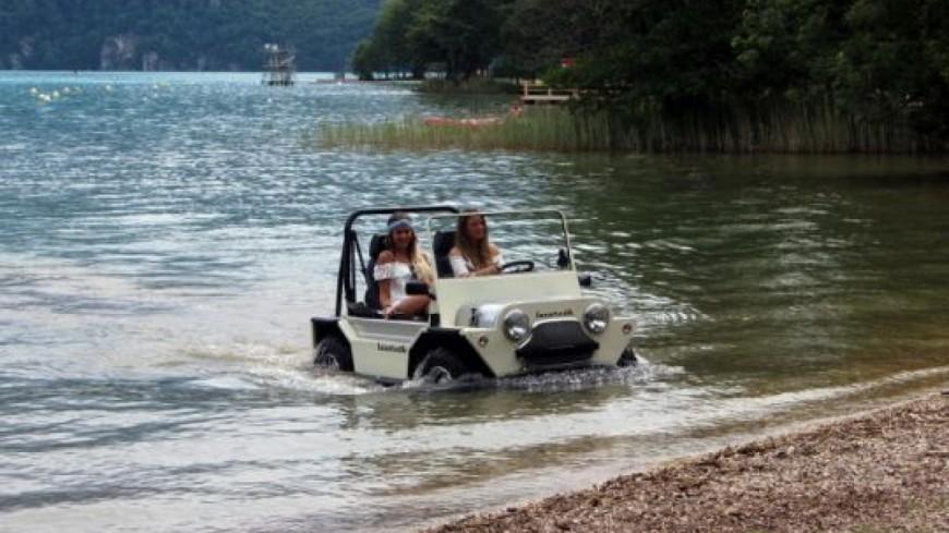 Une voiture amphibie filmée sur le lac d'Annecy