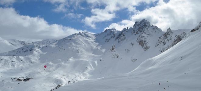 Dans la neige des Alpes, il y a aussi du plastique